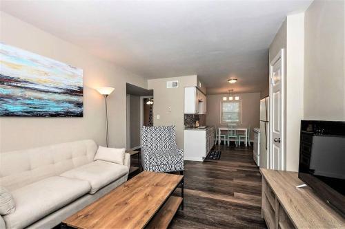 . Beach Cottage Sand Suite (2 bd/1 bth condo 1 block from beach)