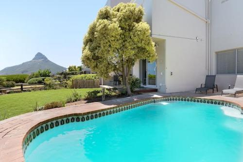 Spectacular Camps Bay Townhouse with views & pool 룸 사진