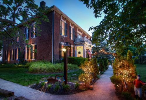 . Historic Maple Hill Manor Bed & Breakfast