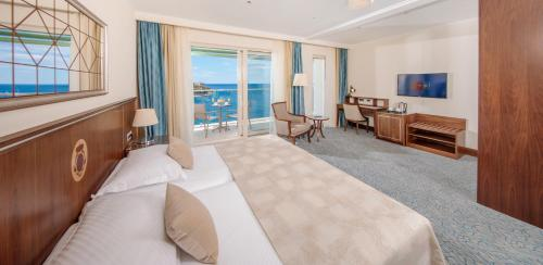 Oferta especial - Promoción Año Nuevo - Habitación Doble con balcón y vistas al mar (Special Offer - New Year Package - Double Room with Balcony and Sea View)