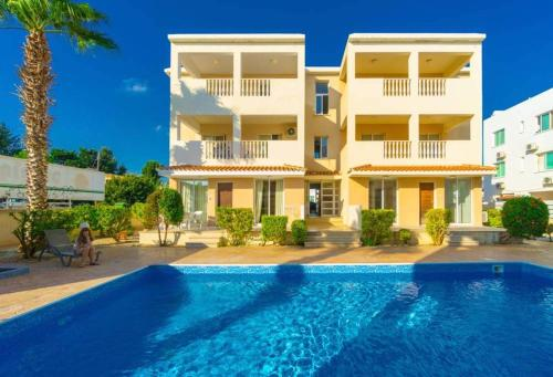 Beautiful 2 bed apartment with great views in Paphos