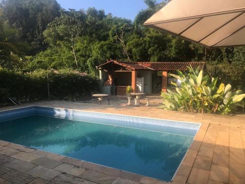 Casa cercada de verde no centro de Monte Alegre do Sul