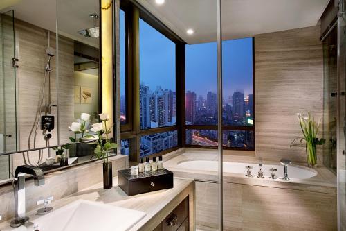 Fengyang Road 601, 200041, Shanghai, China.
