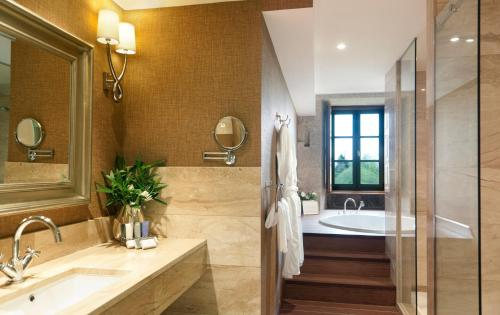 Suite with River View A Quinta Da Auga Hotel Spa Relais & Chateaux 5
