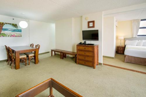 Waikiki Banyan Tower 1 Suite 2214 - Honolulu, HI 96815