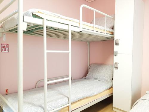 Eenpersoonsbed in Vrouwenslaapzaal (Single Bed in Female Dormitory Room)