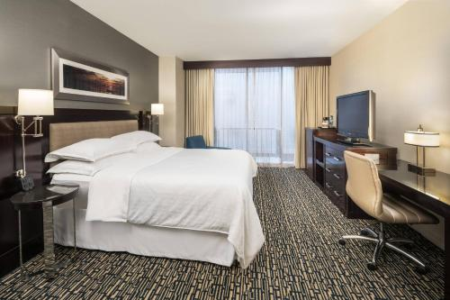 Club level, Guest room, 1 King, Balcony
