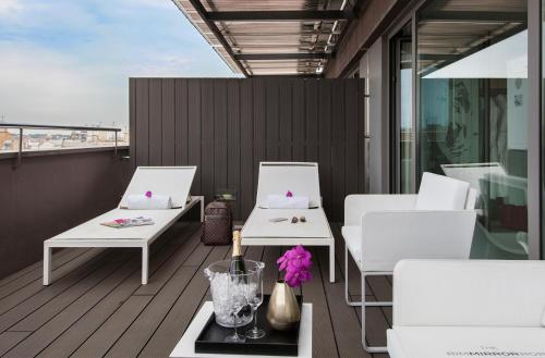 Privilege Double Room with Terrace - single occupancy The Mirror Barcelona 16