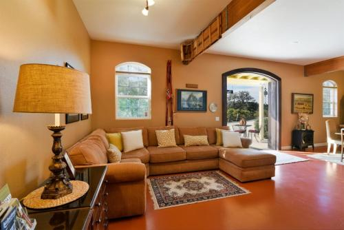 4665 Linne Winemakers Porch - Paso Robles, CA 93446