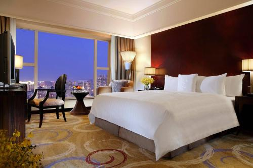 Executive Room, Club level, Guest room, 1 King, City view