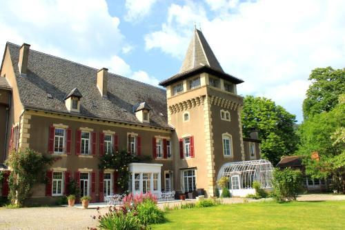 . Chambres d'Hôtes Château de Viviez
