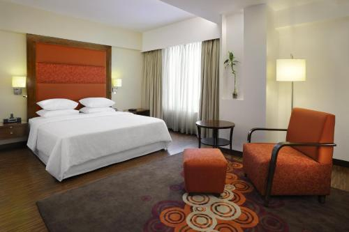 Executive Room, Larger Guest room, 1 King, Corner room