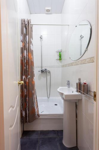 Piter Home Двухместный номер с 2 отдельными кроватями и общей ванной комнатой