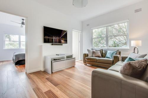 Renovated art deco flat close to city and harbour