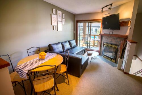 1 Bedroom Modern Townhome with Residential Hot Tub & Pool - Whistler Blackcomb