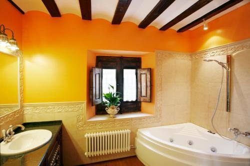 Habitación Doble con bañera de hidromasaje  Hotel Boutique Real Casona De Las Amas 4
