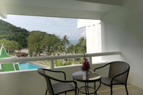 Deluxe Pool View, Guest room, 1 King, Balcony