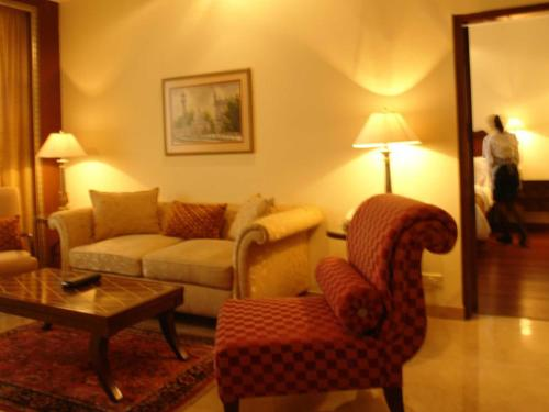 Executive Suite - Free 2 way airport transfers, free wifi and club access