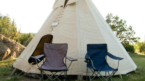 Deluxe Tipi with Cots/Bedding (Breakfast Included) (Deluxe Teepee with Cots/Bedding (Breakfast Included))