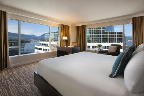 Signature Harbor and Stanley Park View Corner Room with King Bed