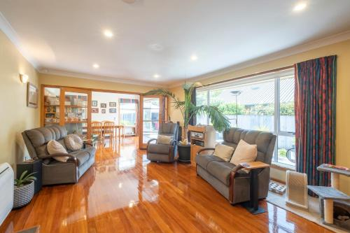 Christchurch 7 minutes drive from airport modernised Rimu House - Hotel - Christchurch