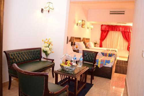 Holidays Express Hotel - image 7