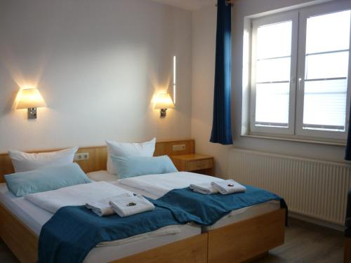 Doppel-/Zweibettzimmer mit Bad (Double or Twin Room with Bathroom)