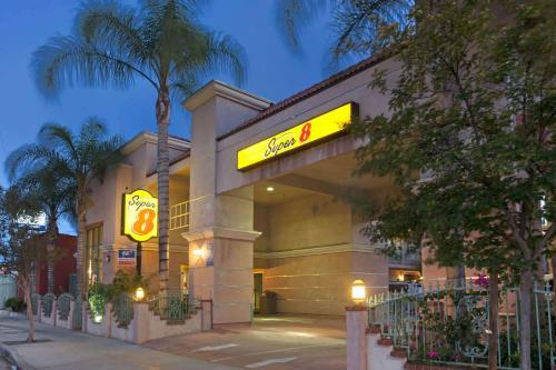 Super 8 by Wyndham North Hollywood - Accommodation