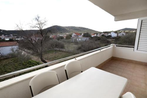 Apartamento de 2 dormitorios con terraza y vistas al mar (Two-Bedroom Apartment with Terrace and Sea View)