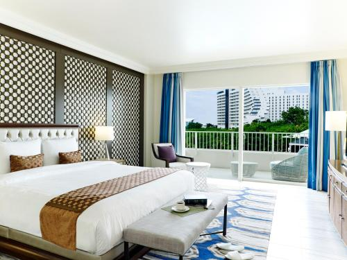 King or Twin Poolside Suite