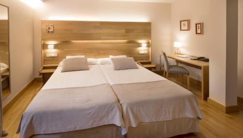 Habitación Doble con aparcamiento gratuito - 1 o 2 camas Hotel Real Colegiata San Isidoro 19