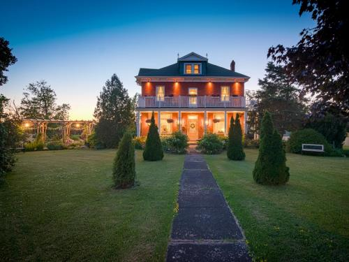 Green Woods Inn (Bed and Breakfast)