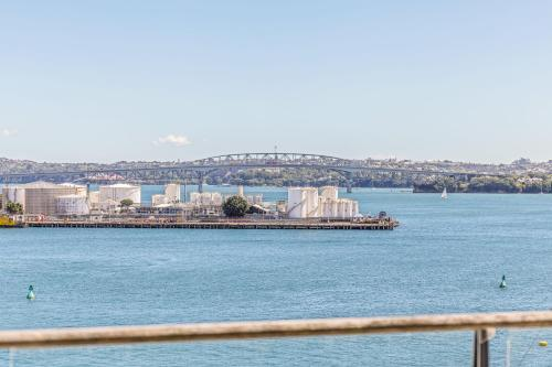 Luxury 3BR, 1.5 Bath Penthouse with Fabulous Views - Apartment - Auckland