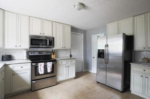 Spacious ranch w-Remodeled Kitchen and King Bed