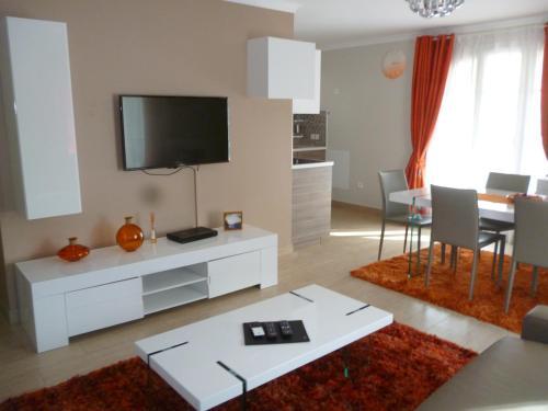 Tv Meubel Avignon Gamma.Luxury Paris Orange In Serris France Reviews Prices Planet