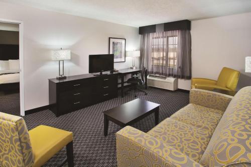 La Quinta Inn & Suites By Wyndham Clifton - Clifton, NJ 07014