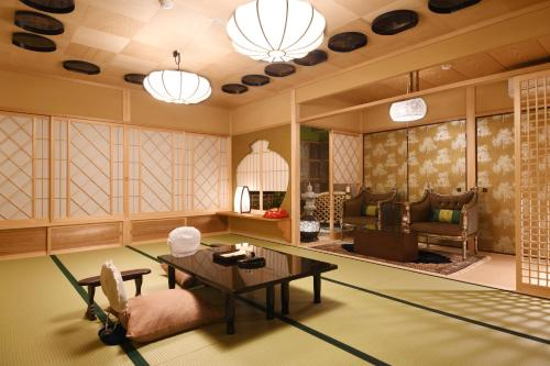 家庭間- 帶榻榻米區 (Family Room with Tatami Area)