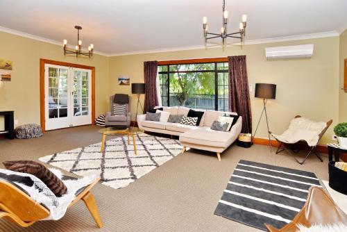 Racecourse Villa - Christchurch Holiday Home - Christchurch
