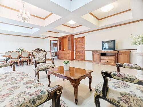 IMMENSELY LUXURIOUS APARTMENT : 3 BR/BIG ROOM IMMENSELY LUXURIOUS APARTMENT : 3 BR/BIG ROOM