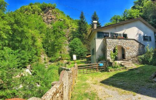 . Villetta con bosco-giardino e ruscello privati