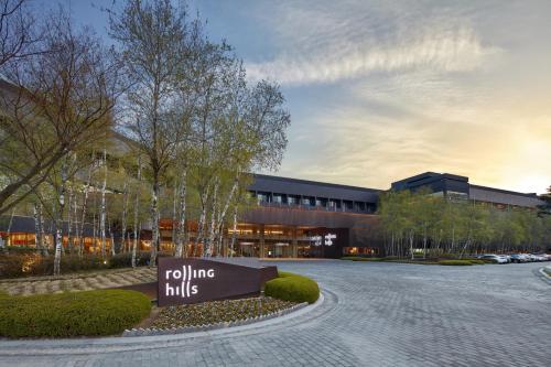 . Rolling Hills Hotel