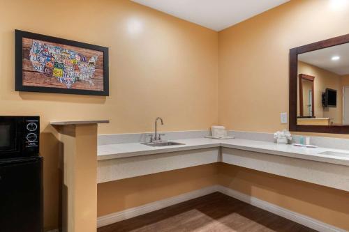 Econo Lodge Carson Near Stubhub Center - Carson, CA 90745
