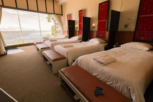 Tongging Deluxe Lodge with Shared Bathroom and Lake Toba View