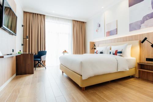 Standard, Guest room, 1 King, Resort view