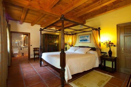 Superior Double Room Hôtel & Spa Etxegana, The Originals Relais (Relais du Silence) 4