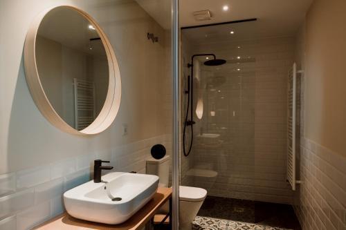 Twin Room with Private Bathroom Palacio Condes de Cirac 5
