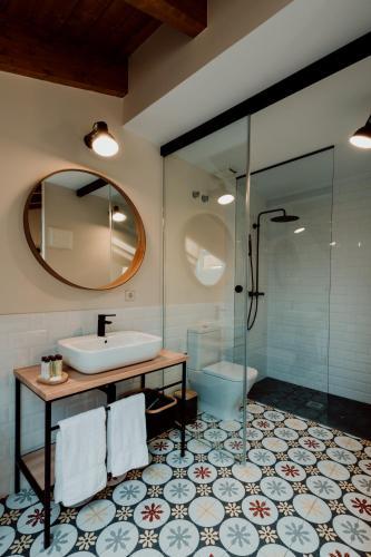 Habitación Doble Deluxe con bañera Palacio Condes de Cirac 4