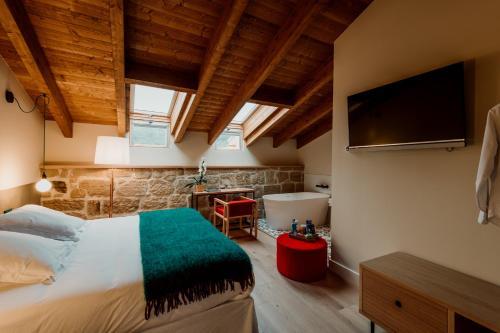 Habitación Doble Deluxe con bañera Palacio Condes de Cirac 2
