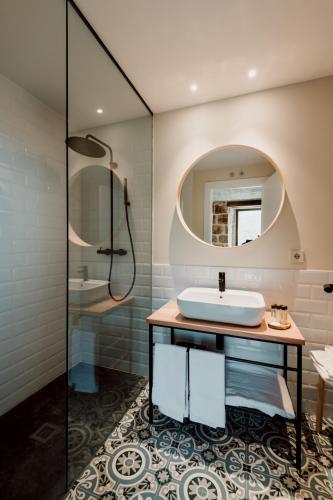 Twin Room with Private Bathroom Palacio Condes de Cirac 6