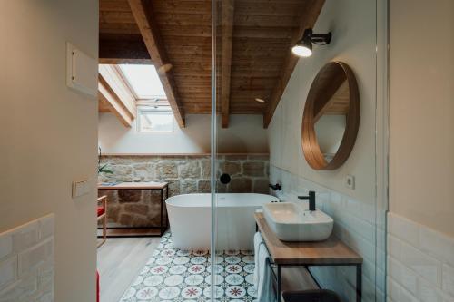 Habitación Doble Deluxe con bañera Palacio Condes de Cirac 3
